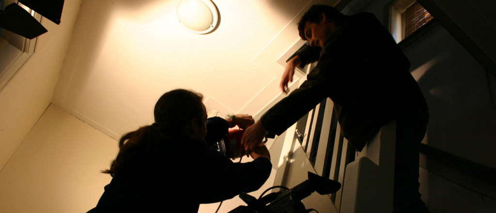 hijenik-op-trap-met-lamp
